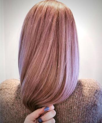 des cheveux de couleurs rose pastel