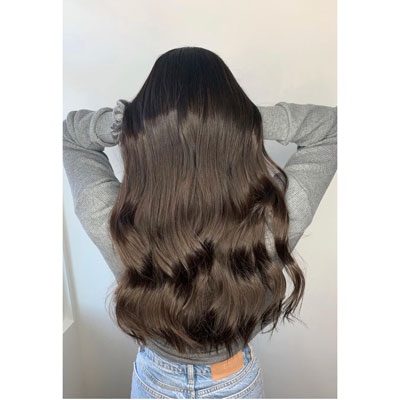 Coloration des cheveux foncé pour une femme à Québec
