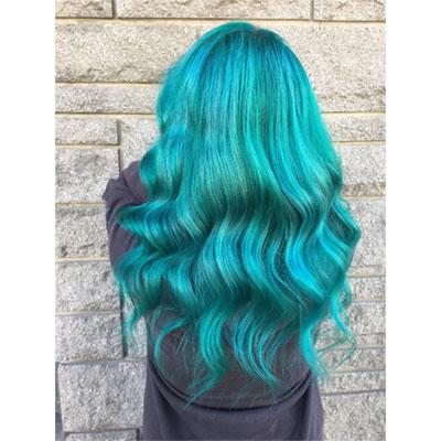 Femme montrant la coloration de ses cheveux