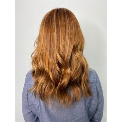 Femme montrant l'effet lumière dans ses cheveux