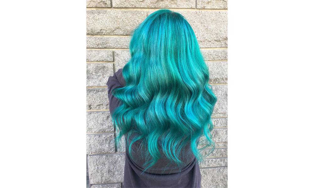 Photo montrant la coloration bleue d'une femme