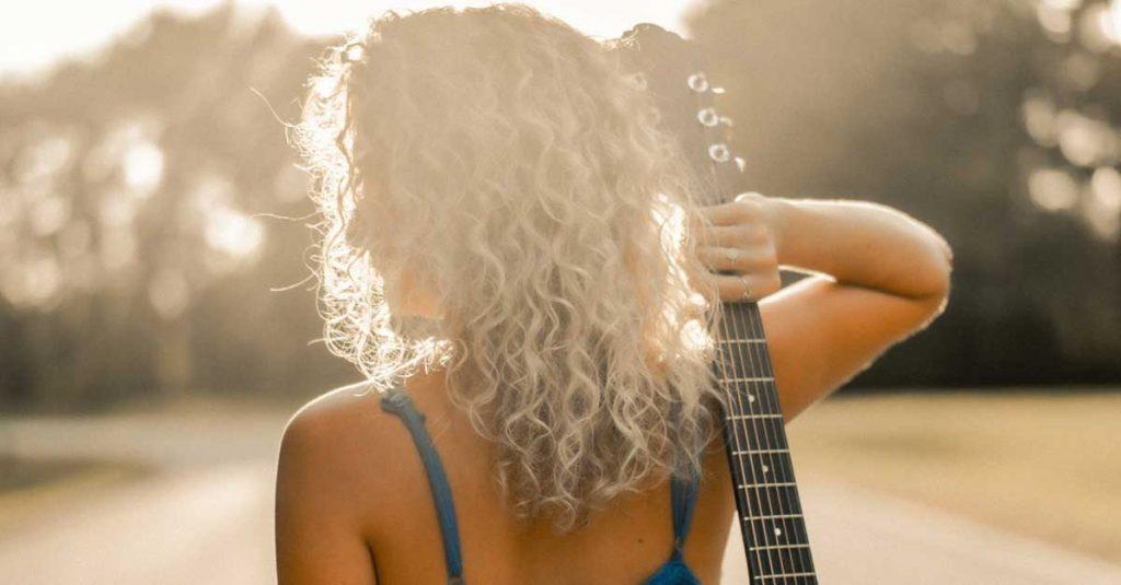Femme avec des cheveux bouclés blonds