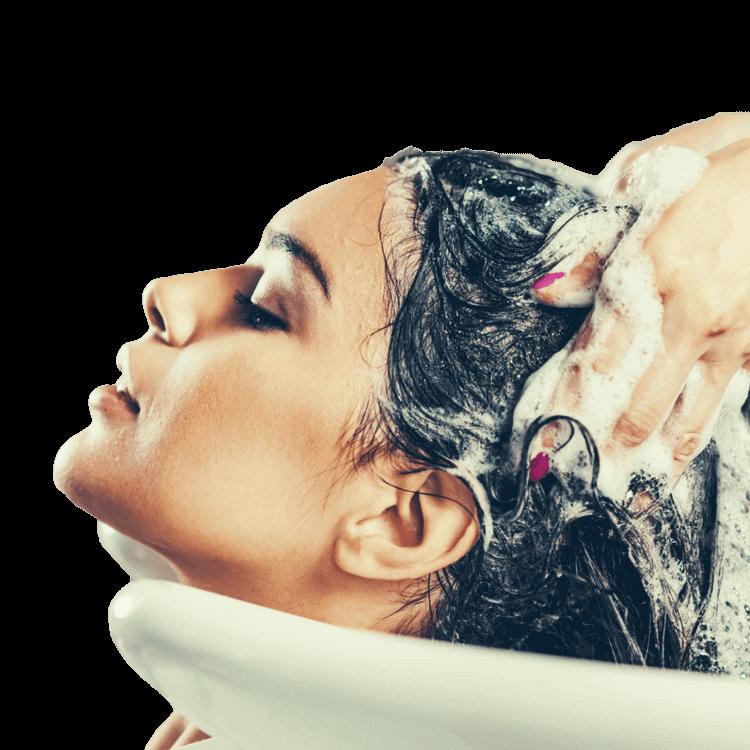 Femme recevant un traitement personnalisé de shampoing au lavabo