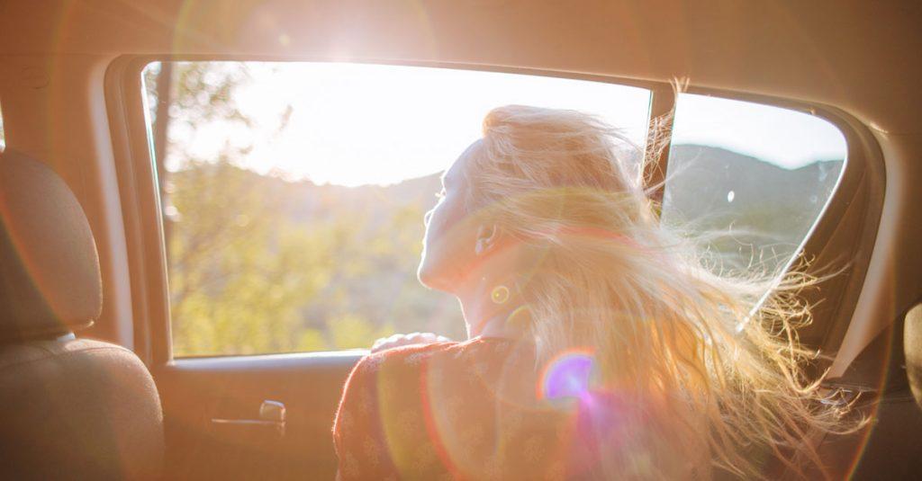 Une femme protégeant ses cheveux des dommages causés par le soleil